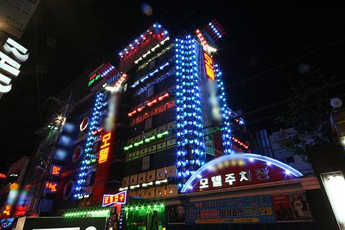 모텔, 건물 외벽 LED와 경관 조명 모두 단속대상 된다?